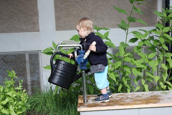 vattning Fagerlidsparken Hökarängen foto Maja Lindström